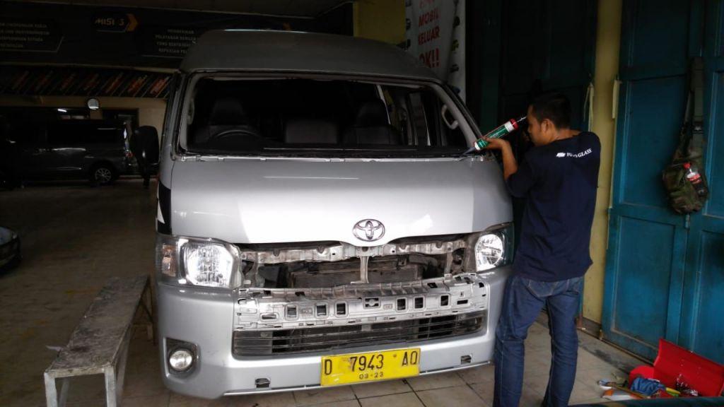 Penggantian Kaca Depan Toyota Hiace di Bandung (Bengkel Body Repair 'Otto Service' Jln Sudirman, 08 November 2018)